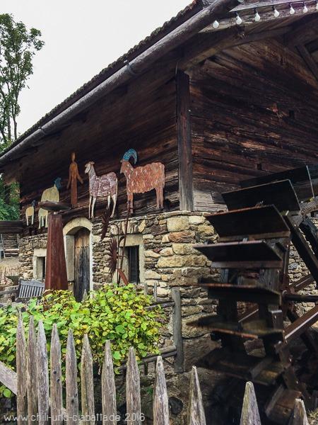 Bauernhaus mit Wasserrad
