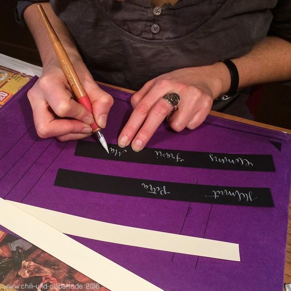 Kathi schreibt Tischkarten