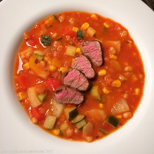 Bunter Tomaten-Gemüsetopf mit Cannellinibohnen und gebratenem Lammfilet