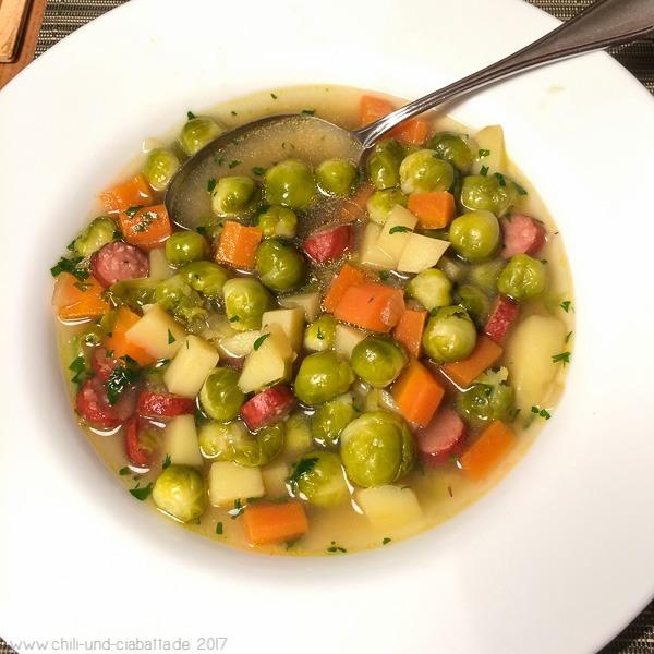 Gemüsesuppe mit Rosenkohl und Pfefferbeißern
