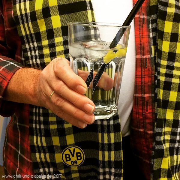 Gin Tonic an schwarz-gelb