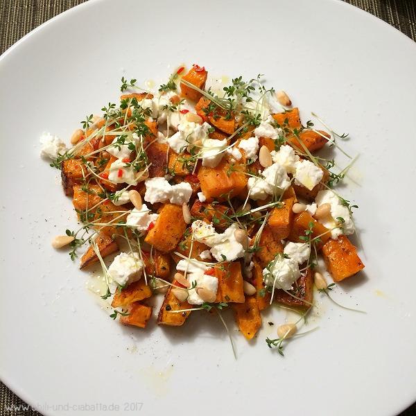 Warmer Salat aus ofengerösteten Süßkartoffeln mit Feta, gerösteten Pinienkernen und Chili-Weißweindressing