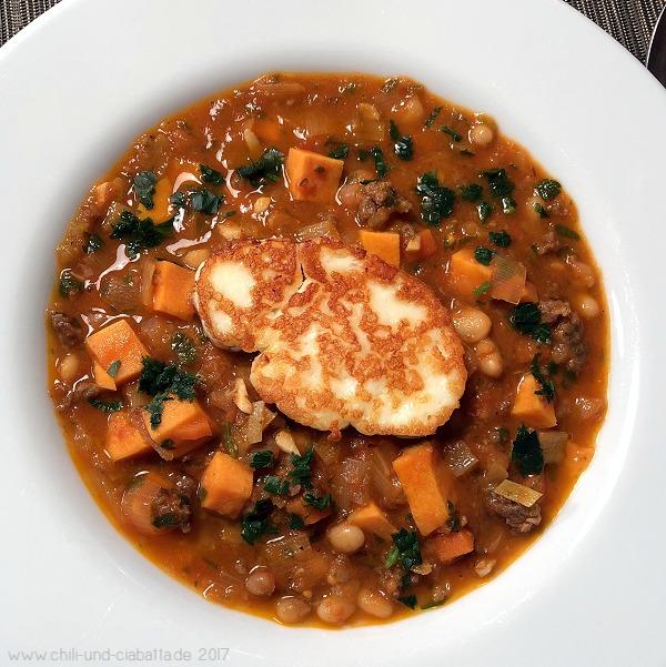 rauchig-scharfe Suppe mit Merguez und Halloumi