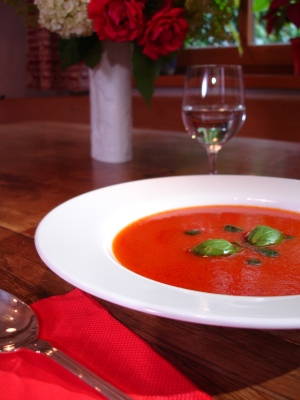 Tomatensuppe mit Basilikumpaste