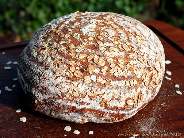 Brot mit Sauerteig und gerösteten Haferflocken