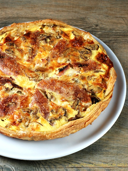 Tarte mit Schinken, Chicoree, Champignons und Gorgonzola