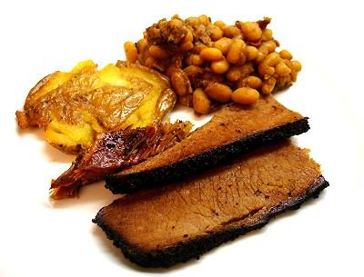 BBQ-Rinderbrust mit Baked Beans und knusprigen Blechkartoffeln