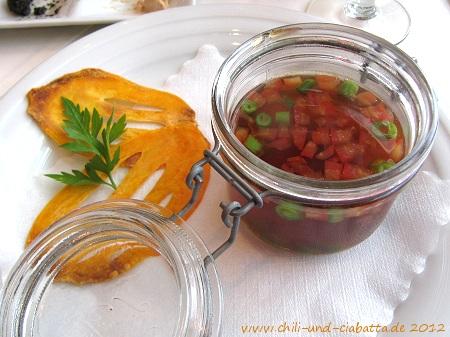"""Tomatenessenz """"Suaheli Style"""" mit Reisbällchen, Bohnen und Süßkartoffel-Chips"""