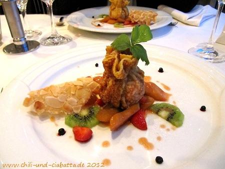 Gebackenes Vanilleeis-Crèpe-Sackerl, auf warmem Erdbeer-Rhabarberragout