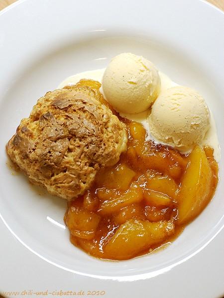 Pfirsich-Cobbler mit Schmand-Biskuits und Vanilleeis