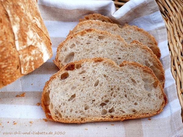Rustikales Brot, aufgeschnitten