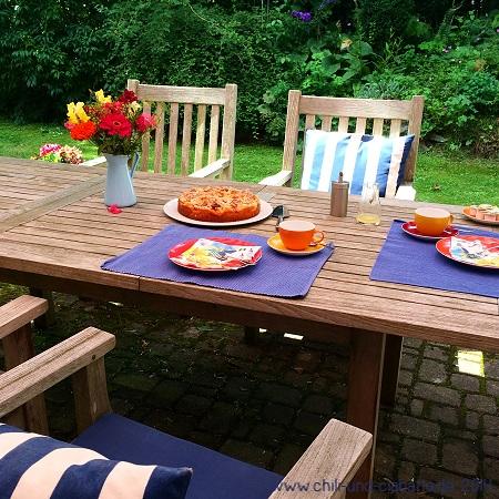 Gartentisch mit Kuchen