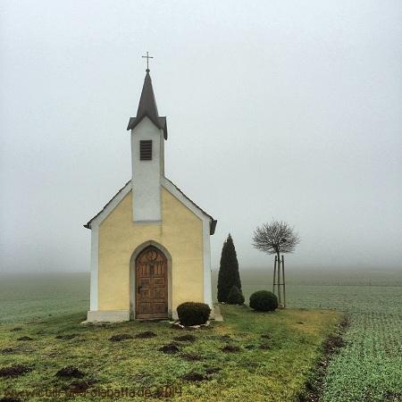 Kapelle mit Wegkreuz