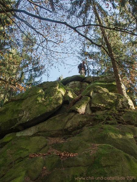 Helmut auf dem weißen Felsen