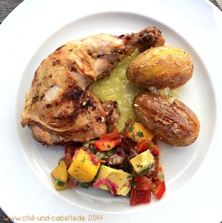 Karibisches Grillhähnchen, Rillenkartoffeln, Salat mit Mango, Paprika und Avocado