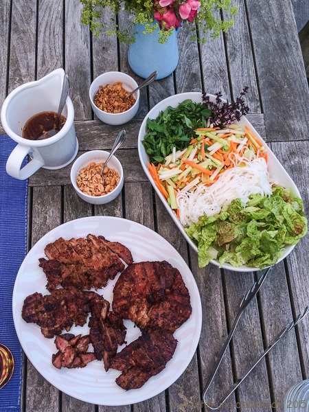 Vietnamesischer Zitronengras-Schweinenacken à la Bun Bo