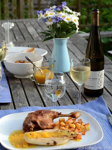 Confierte Entenschenkel und Chicoree vom Grill mit Grillorangen-Vinaigrette