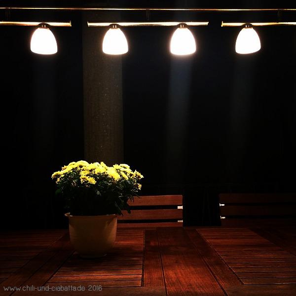 Tisch mit Lampe