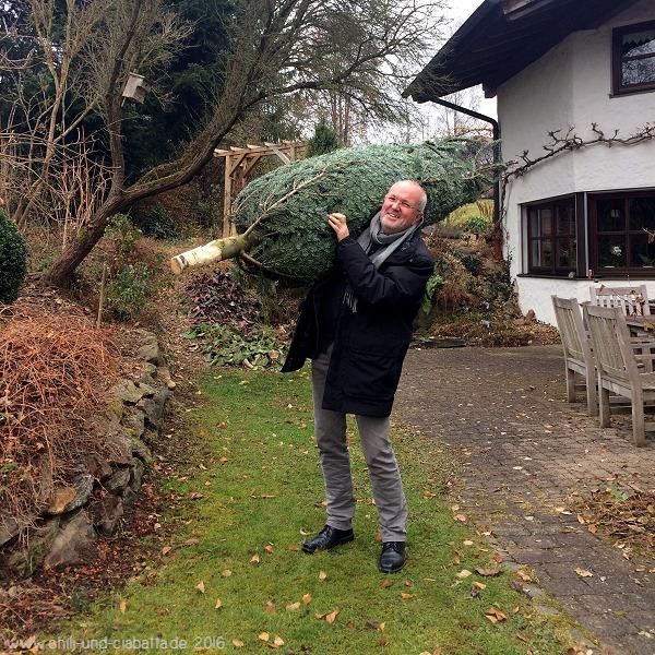 ein Weihnachtsbaum ist im Haus