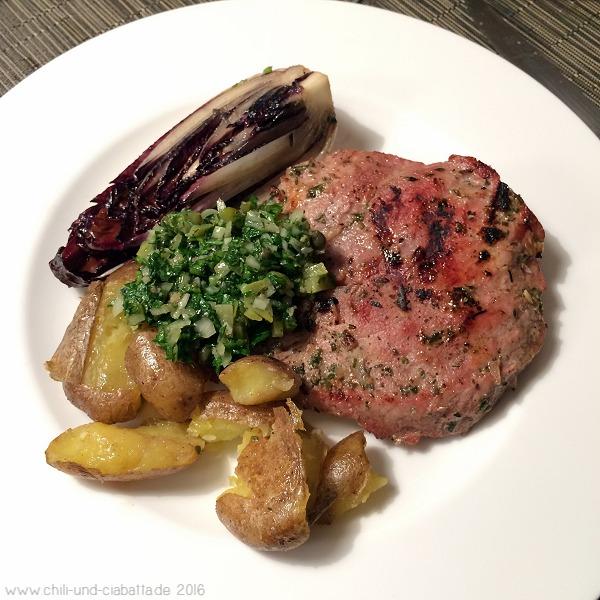 Steak vom Duroc, Plattkartoffeln, Treviso vom Grill, Salsa verde