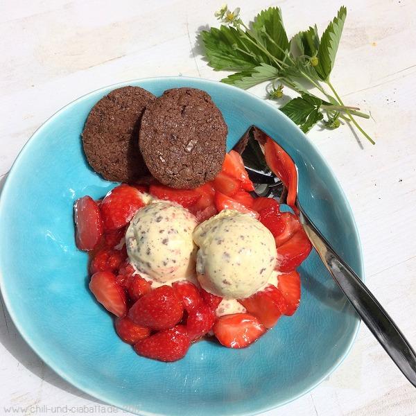 Keksteig-Sahneeis auf Erdbeeren mit Schokoladenkeksen