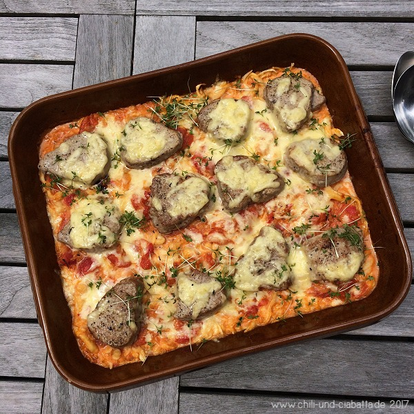 Gratinierte Tomaten-Rahm-Spätzle mit Schweinemedaillons