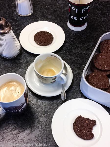 Kaffee und Weltfriedenskekse