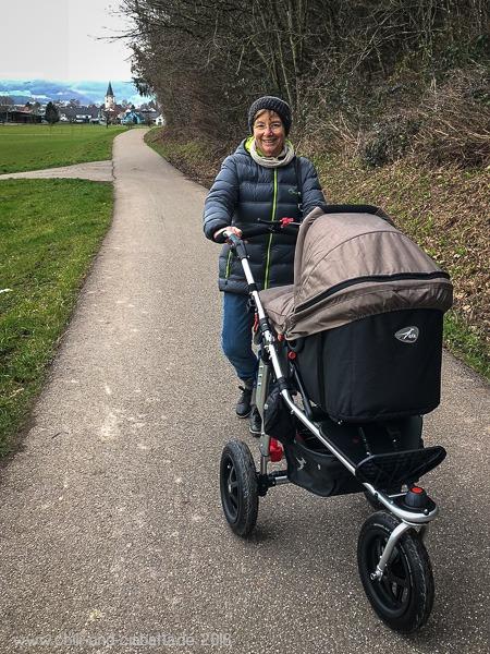 Oma mit Kinderwagen