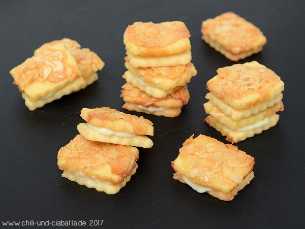 Bienenstich-Kekse mit weißer Schokocreme