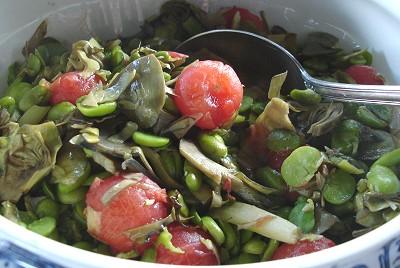 Artischockengemüse mit Favabohnen und Tomaten